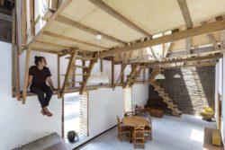 Salon et espace chambre suspendu - House-Flying-Beds par Al Borde - Equateur © JAG Studio