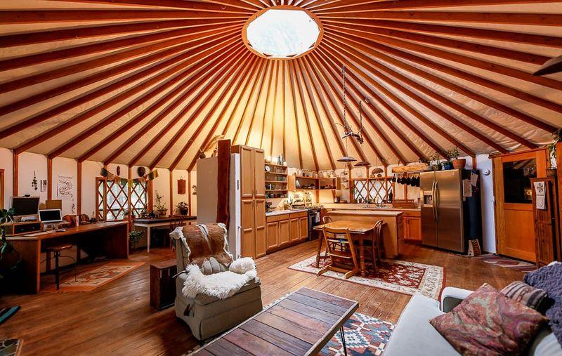 Grande pièce principale - Yurt-life par Bret-Beth - Californie, USA © Living Big