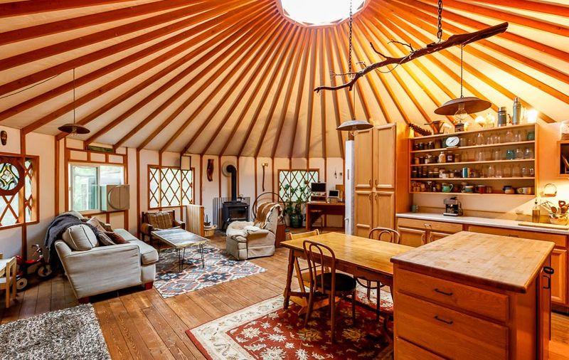 Mini salon - salle séjour et cuisine - Yurt-life par Bret-Beth - Californie, USA © Living Big