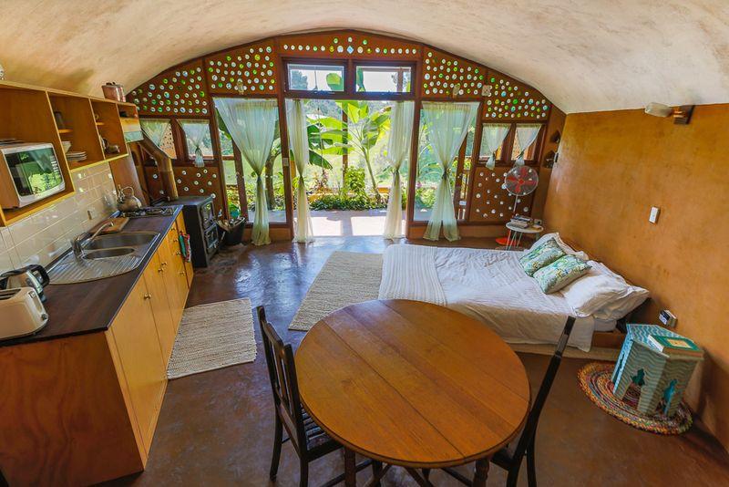 Espace cuisine-séjour-chambre - earthship-home par Martin-Zoe - Adelaide, Australie