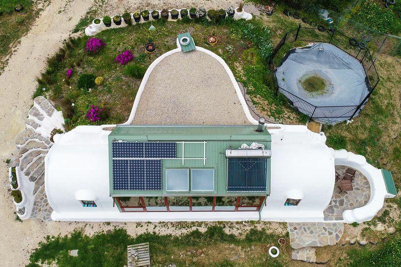 Vue aérien toiture avec panneaux solaires - earthship-home par Martin-Zoe - Adelaide, Australie