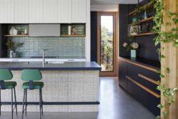 îlot central de cuisine et plante rampante - Annexe par Bent - Australie © notapaperhouse