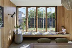 Couchette et grandes fenêtres battantes - Annexe par Bent - Australie © notapaperhouse