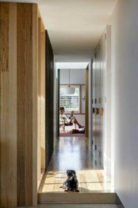 Couloir accès pièces de vie - Annexe par Bent - Australie © notapaperhouse