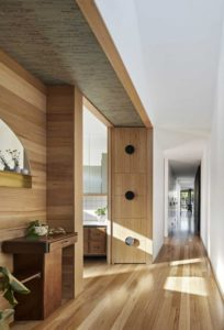 Couloir en bois et accès salle de bains - Annexe par Bent - Australie © notapaperhouse