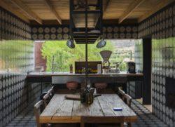 Cuisine et salle séjour - House 8 par TAC Taller - Mexique, Vallee de Guadalupe © Humberto Romero