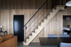 Escalier bois accès étage - Hooded Cabin par Arkitektværelset - Norvege © Marte Garmann