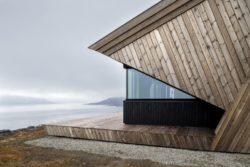 Façade labris bois et ouverture vitrée - Hooded Cabin par Arkitektværelset - Norvege © Marte Garmann