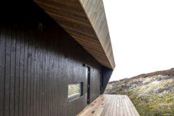 Façade lambris de chêne brulé - Hooded Cabin par Arkitektværelset - Norvege © Marte Garmann