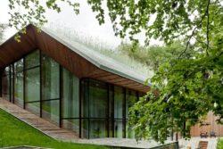 Façade vitrée et terrasse bois - Dutch Mountain par Sanne Oomen - Goois, Hollande © oomenontwerpt