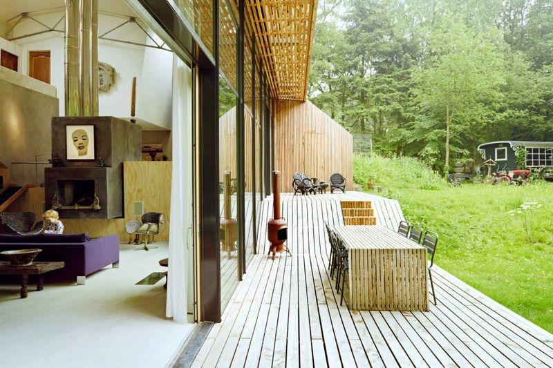 Grande baie vitrée et façade terrasse bois - Dutch Mountain par Sanne Oomen - Goois, Hollande © oomenontwerpt
