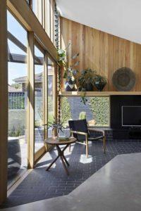 Grande porte vitrée coulisante - Annexe par Bent - Australie © notapaperhouse