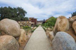 Grosses pierres entrée site - House 8 par TAC Taller - Mexique, Vallee de Guadalupe © Humberto Romero