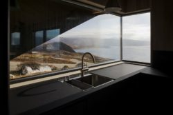 Lavabo et ouverture vitrée - Hooded Cabin par Arkitektværelset - Norvege © Marte Garmann