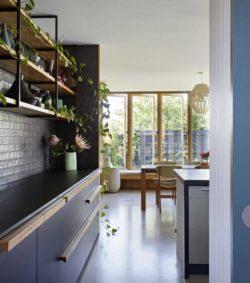 Meuble cuisine avec plante rampante - Annexe par Bent - Australie © notapaperhouse