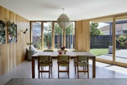 Salle à manger en bois et vue sur jardin - Annexe par Bent - Australie © notapaperhouse