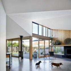 Salon et grande fenêtres vitrées - Annexe par Bent - Australie © notapaperhouse