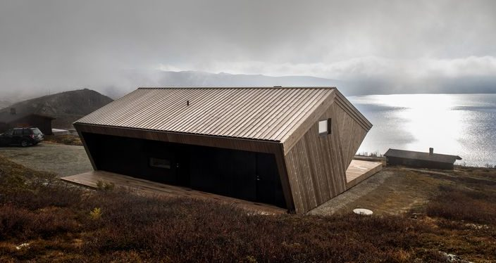 Toit en pin minéral et vue panoramique paysage - Hooded Cabin par Arkitektværelset - Norvege © Marte Garmann