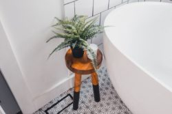 Baignoire et déco salle de bains - Box-Hop par Emily-Seth - Hocking Hills, Etats-Unis © Moody Cabin Girl