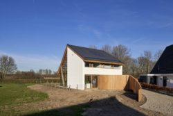 Côté avec clôture - Barnhouse par RVArchitecture - Werkhoven, Pays-Bas © Rene de Wit
