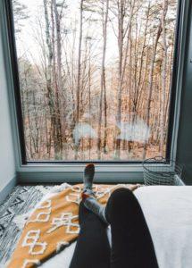 Chambre et grande baie vitrée - Box-Hop par Emily-Seth - Hocking Hills, Etats-Unis © Moody Cabin Girl