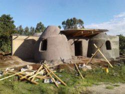 Charpente en toit ondulé - Earthbag House par Francis Gichuhi - Kericho, Kenya