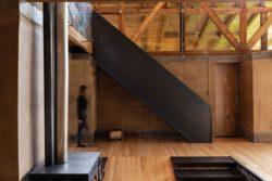 Cheminée et escalier bois - Casa Lasso par RAMA Estudio - San Jose, Equateur © Jag Studio