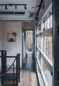 Couloir et sol parquet bois - Box-Hop par Emily-Seth - Hocking Hills, Etats-Unis © Moody Cabin Girl