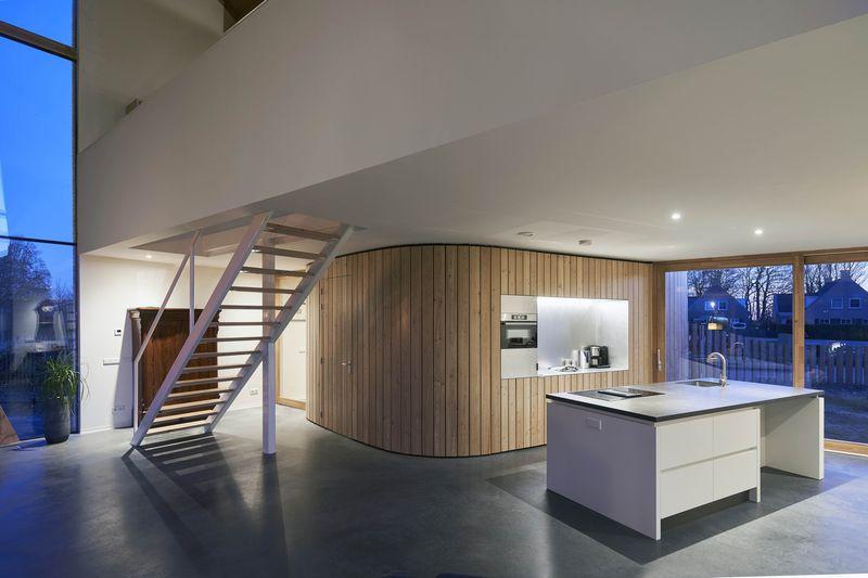 Cuisine et escalier accès étage - Barnhouse par RVArchitecture - Werkhoven, Pays-Bas © Rene de Wit