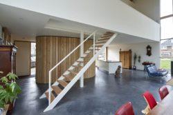 Escalier bois accès étage - Barnhouse par RVArchitecture - Werkhoven, Pays-Bas © Rene de Wit