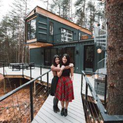 Façade principale et terrasse bois - Box-Hop par Emily-Seth - Hocking Hills, Etats-Unis © Moody Cabin Girl