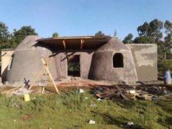 Façade principale et toiture ondulée - Earthbag House par Francis Gichuhi - Kericho, Kenya