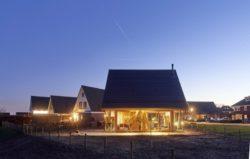 Façade principale illuminée - Barnhouse par RVArchitecture - Werkhoven, Pays-Bas © Rene de Wit