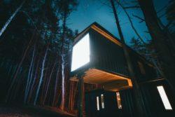 Façade principale illuminée - Box-Hop par Emily-Seth - Hocking Hills, Etats-Unis © Moody Cabin Girl