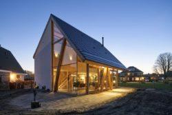 Façade principale nuit - Barnhouse par RVArchitecture - Werkhoven, Pays-Bas © Rene de Wit