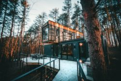 Façade terrasse bois - Box-Hop par Emily-Seth - Hocking Hills, Etats-Unis © Moody Cabin Girl