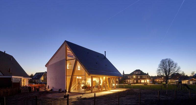 Façade vitrée illuminée - Barnhouse par RVArchitecture - Werkhoven, Pays-Bas © Rene de Wit