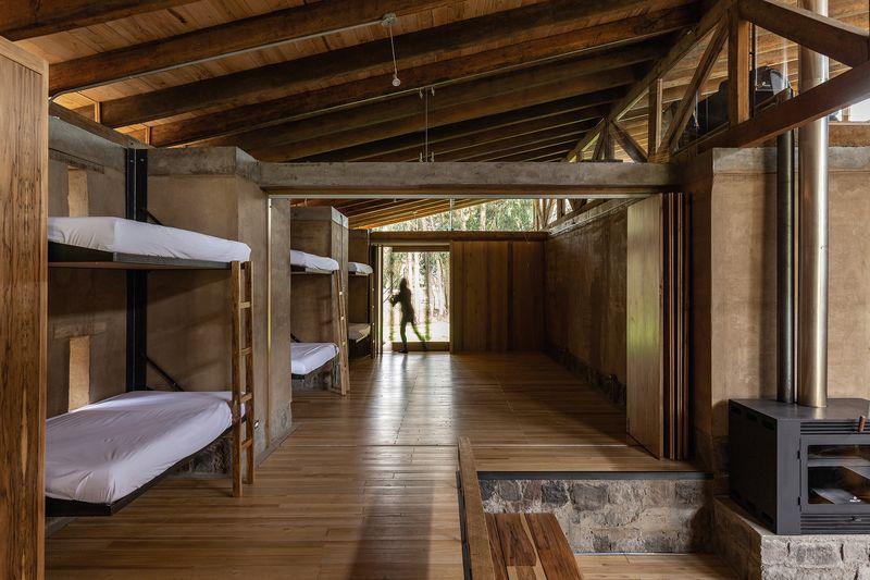 Grande chambre avec 6 lits - Casa Lasso par RAMA Estudio - San Jose, Equateur © Jag Studio