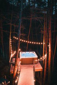 Jacuzzi extérieur - Box-Hop par Emily-Seth - Hocking Hills, Etats-Unis © Moody Cabin Girl