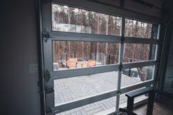 Ouverture vitrée et vue terrasse bois - Box-Hop par Emily-Seth - Hocking Hills, Etats-Unis © Moody Cabin Girl