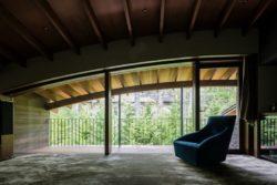 Plafond courbé et salle de détente - Four-Leaves par KIAS Karuizawa, Japon © Norihito Yamauchi