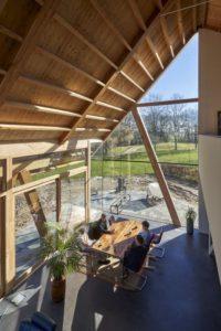Séjour et charpente bois - Barnhouse par RVArchitecture - Werkhoven, Pays-Bas © Rene de Wit