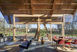 Séjour et salon avec grande façade vitrée - Barnhouse par RVArchitecture - Werkhoven, Pays-Bas © Rene de Wit
