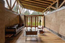 Salon et grandes portes pivotantes - Casa Lasso par RAMA Estudio - San Jose, Equateur © Jag Studio