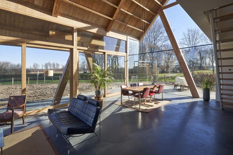 Salon et séjour avec grande façade vitrée - Barnhouse par RVArchitecture - Werkhoven, Pays-Bas © Rene de Wit