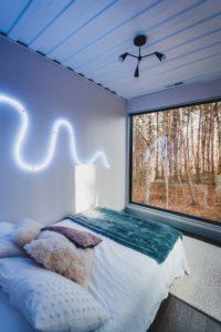 chambre principale et grane baie vitrée - Box-Hop par Emily-Seth - Hocking Hills, Etats-Unis © Moody Cabin Girl