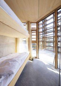 Chambre deux lits - House-Island par AtelierOlso - Skatoy, Norvège © Ivar Kvaal