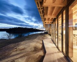 Grandes baies vitrées et vue extérieure - House-Island par AtelierOlso - Skatoy, Norvège © Ivar Kvaal