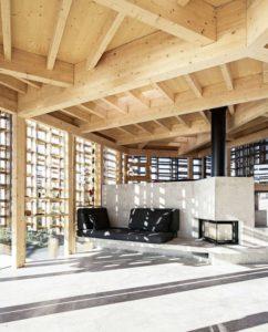 Plafond en bois et cheminée salon - House-Island par AtelierOlso - Skatoy, Norvège © Ivar Kvaal
