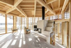 Salon et cheminée - House-Island par AtelierOlso - Skatoy, Norvège © Ivar Kvaal